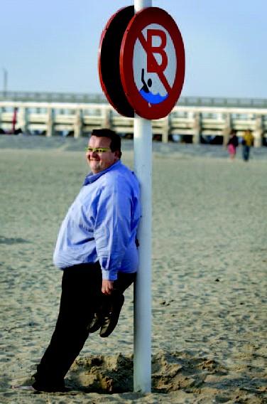 Geert Lambert gooit zijn volle gewicht in de strijd met een strandpaal